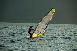 De wind boven Lago Maggiore: ideaal voor watersporters