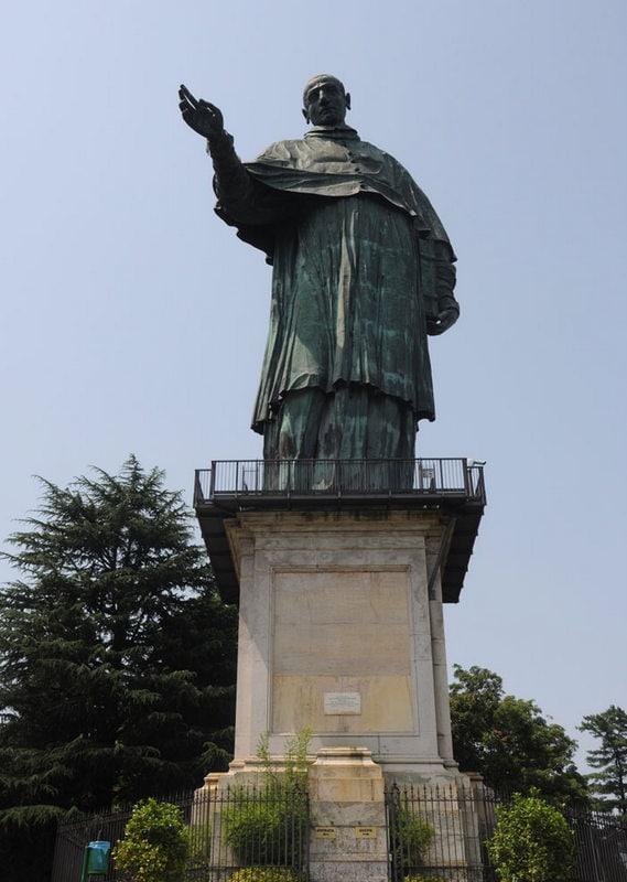 Het reusachtige standbeeld van San Carlo Borromeo